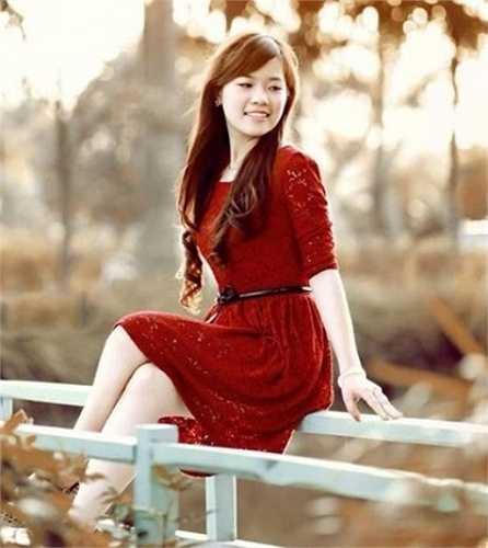 Ngay từ những năm học phổ thông, Linh đã được nhiều người biết đến vì xinh đẹp và học giỏi.