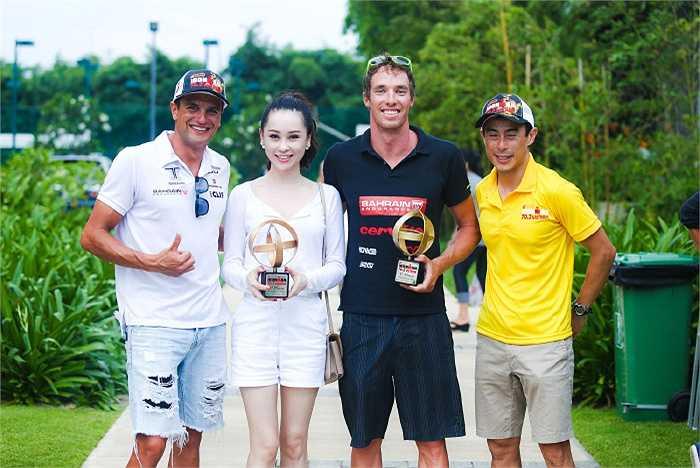 Thái Như Ngọc chụp cùng James Cunnama ZAF (south africa) (áo đen) người đoạt vô địch Nam, và Bằng Trịnh (áo vàng) - Giám đốc công ty Sunrise  là người đưa cuộc thi về Việt Nam, anh cũng là vận dộng viên.
