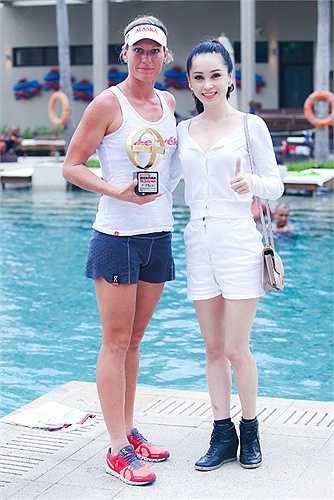 Thái Như Ngọc chụp cùng cô Caroline Steffen CHE (switzerland) là người đoạt giải vô địch nữ.
