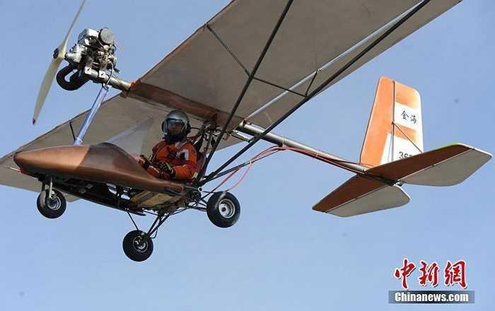 Vừa qua, tại khu vực đất trống ở Trường Xuân (Cát Lâm, Trung Quốc), một người đàn ông đã ra mắt máy bay nhỏ do mình tự chế tạo