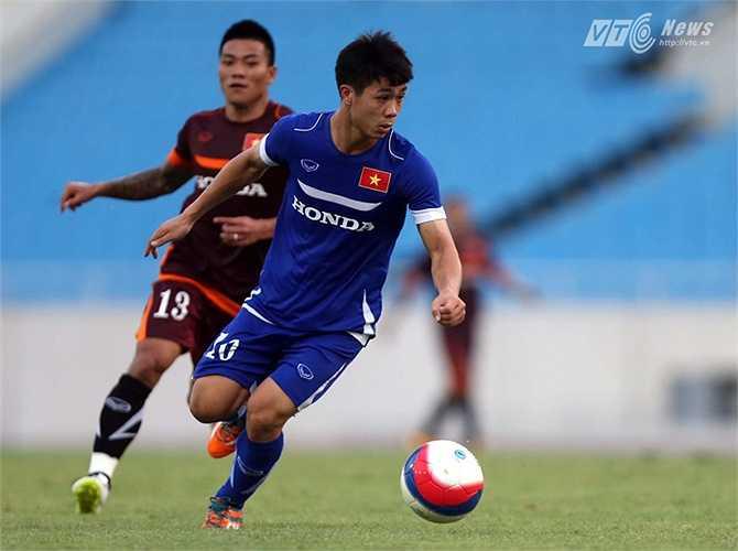 Nhưng tiền đạo quê Đô Lương bị theo kèm rất chặt và thường xuyên nhận bóng ở thế quay lưng lại với cầu môn đối phương. (Ảnh: Quang Minh)