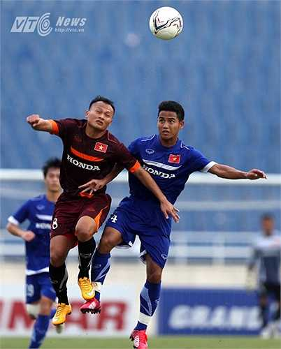 Đức Lương trở thành điểm yếu của U23 Việt Nam và bị các đàn anh liên tục khai thác. Bàn thắng mở tỷ số xuất phát từ pha đi bóng của Trọng Hoàng qua Đức Lương bên cánh phải. (Ảnh: Quang Minh)