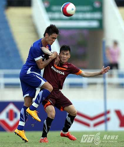 Đinh Tiến Thành và Michal Nguyễn là những hậu vệ của ĐT Việt Nam được điều sang thi đấu cho U23 Việt Nam. Trong ảnh, Tiến Thành theo kèm Công Vinh. (Ảnh: Quang Minh)