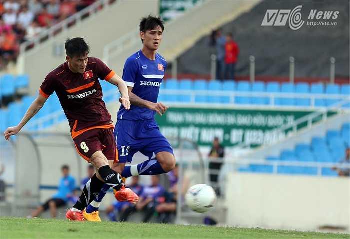 Phút 45, tận dụng sai lầm của Duy Mạnh, Công Vinh đoạt bóng băng xuống đối mặt thủ thành Văn Trường và đánh bại thủ thành HAGL, nâng tỷ số lên 2-0. (Ảnh: Quang Minh)