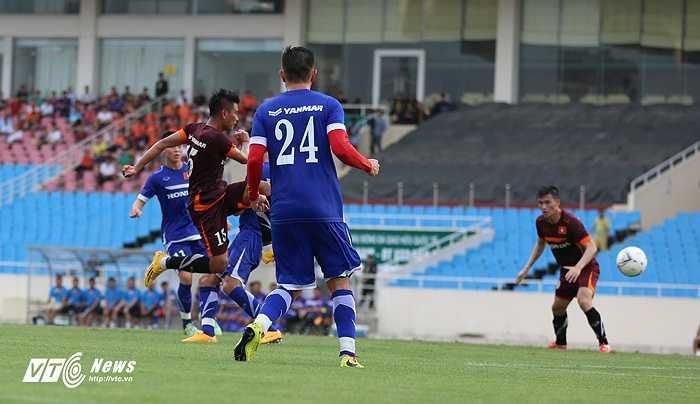 Ở bàn thắng đầu tiên, Michal Nguyễn thiếu quyết đoán khi để Trọng Hoàng chuyền bóng cho Hải Anh ghi bàn