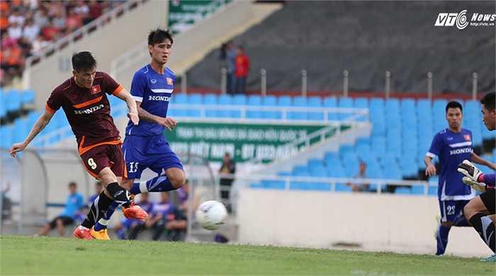 Công Vinh ghi bàn thắng khi đối mặt thủ môn Văn Trường
