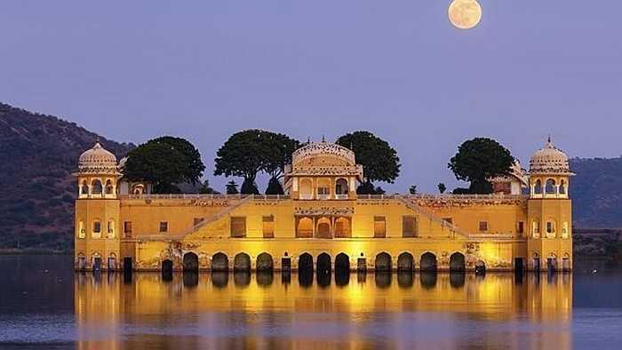 Cung điện Jal Mahal, còn có tên gọi khác là cung điện dưới nước, nằm giữa hồ Man Sagar ở thành phố Jaipur, thủ phủ của bang Rajasthan (Ấn Độ).