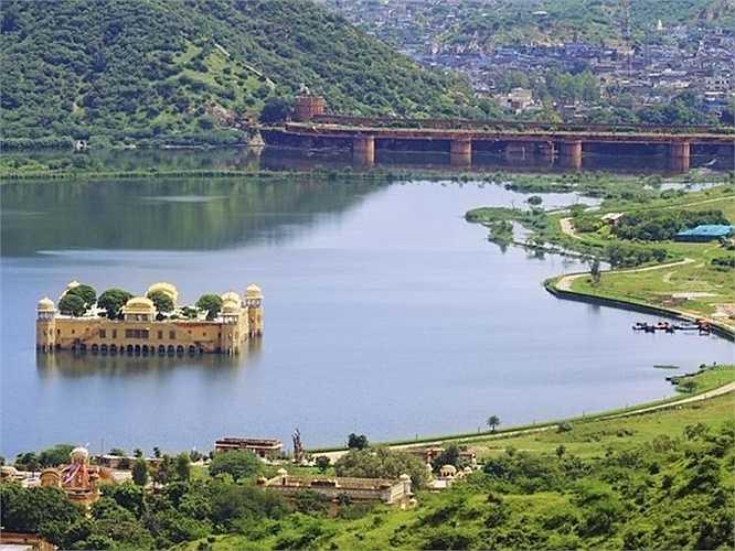 Trong nhiều bài viết về Jal Mahal, người ta tin rằng cung điện này được xây dựng khoảng năm 1734 như một nhà nghỉ cho gia đình hoàng gia Maharajah để săn vịt.