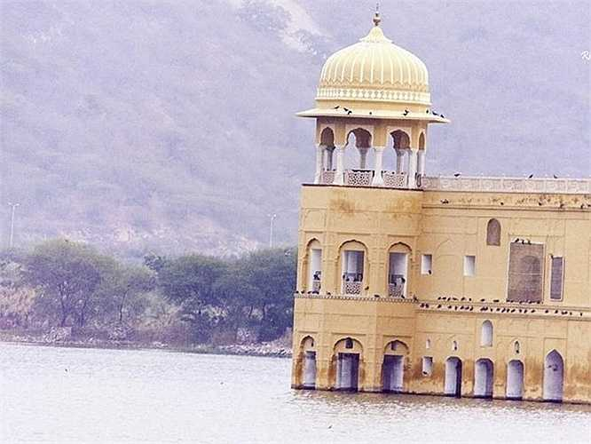 Bốn tầng dưới của cung điện nằm dưới nước tạo ra một cảnh tượng ám ảnh đáng kinh ngạc.