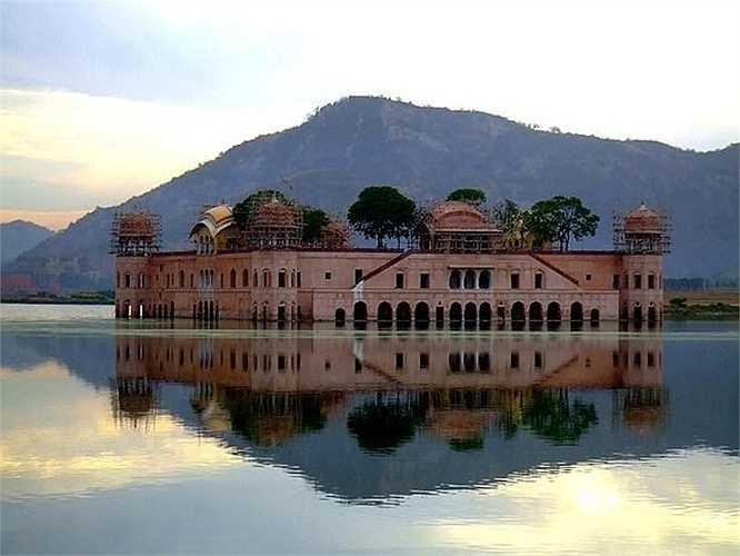Cung điện Jal Mahal nằm ngâm dưới nước hồ Man Sagar suốt mấy trăm năm qua.