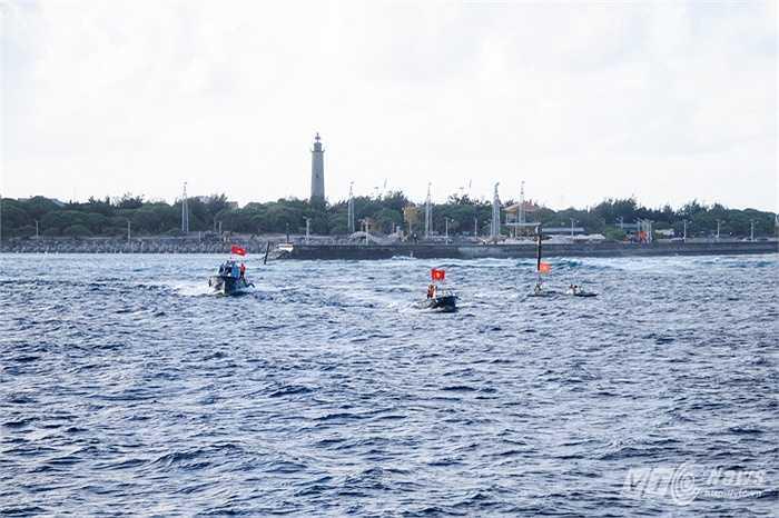 Xuồng CV, CQ của đảo Song Tử Tây cưỡi sóng ra đón khách thăm đảo