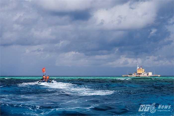 Xuồng đưa khách đến thăm đảo chìm Đá Nam
