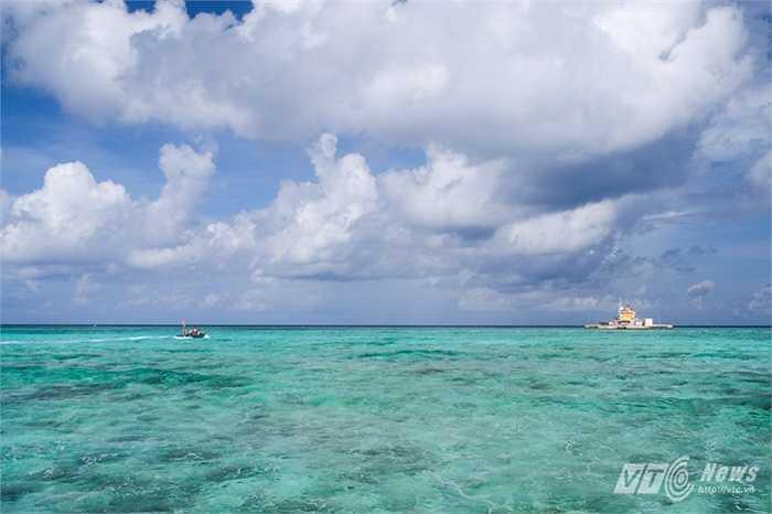 Đảo chìm Đá Nam giữa biển trời mênh mông