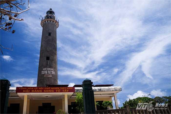 Ngọn hải đăng lâu đời trên đảo Song Tử Tây