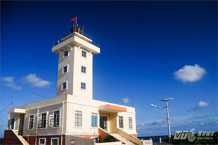 Hải đăng trên đảo Sinh Tồn
