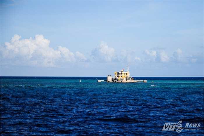 Đảo chìm Len Đao nằm giữa biển nước xanh ngắt