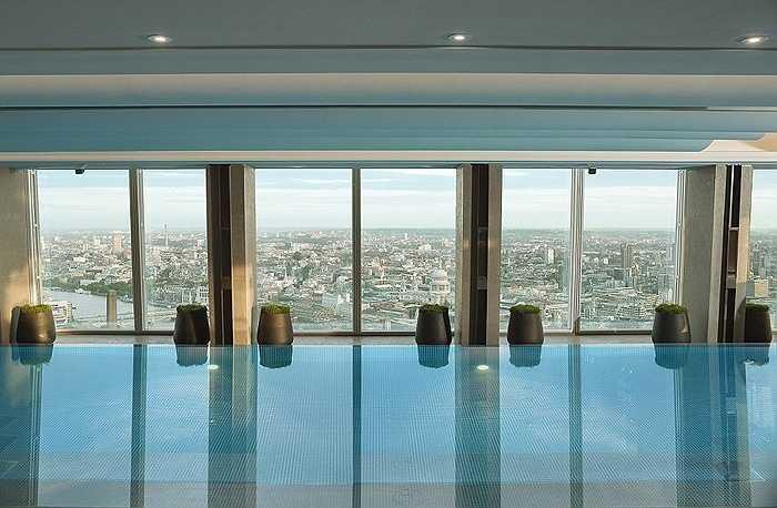 Bể bơi trong khách sạn với không gian thoáng đãng