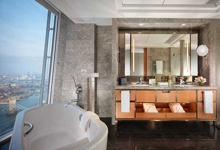 Phòng khách sạn giường đôi có tủ đựng quần áo cỡ lớn, bồn tắm cẩm thạch, đồ dùng nhà vệ sinh sang trọng