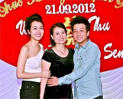 Hình ảnh Trang Moon chụp cùng mẹ trong một đám cưới năm 2012. Cô gái Hà Nội chia sẻ trên trang cá nhân: 'Con không có nhà để tặng quà hay đưa mẹ đi ăn. Nhưng với con, hôm nào cũng là Ngày của Mẹ. Con luôn biết ơn mẹ đã sinh thành, nuôi nấng con. Con sẽ mãi luôn là con ngoan của mẹ'.