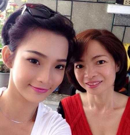 Thường xuyên nhận show diễn tại nước ngoài, nên DJ King Lady (Phạm Thị Thu Hiền, 22 tuổi) cũng ít khi ở nhà. Vào những ngày nghỉ, cô đưa mẹ đi xem phim. Sau đó, cả hai mua bánh kem về nhà thưởng thức.