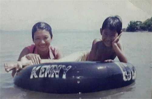 DJ Oxy (Cù Thị Ngọc, 22 tuổi, quê An Giang) chia sẻ hình ảnh tắm biển với mẹ lúc cô 5 tuổi. Cô hài hước cho rằng, hồi bé, mình như con trai.
