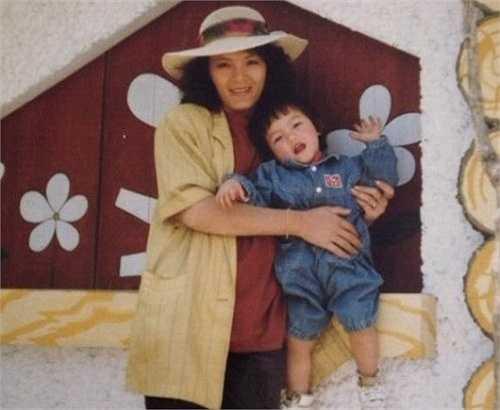 DJ Melo (Trần Thị Diễm Ngọc, 24 tuổi, quê Đà Lạt) chia sẻ hình ảnh kỷ niệm bên mẹ lúc 3 tuổi. Vì sống xa gia đình nên cô chỉ có thể trò chuyện với mẹ qua phầm mềm chat.
