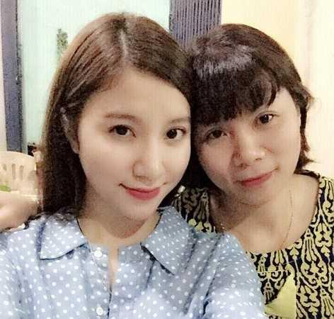 Hạnh Sino (Nguyễn Mỹ Hạnh, sinh năm 1990) cho biết, hôm nay, cô đưa 'người bạn lớn' đi mua sắm và massage thư giãn. Cũng sắp đến ngày sinh nhật mẹ, hot girl Hà thành tranh thủ mua quà sớm.