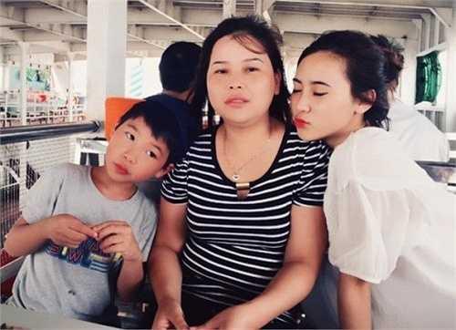 Trịnh Thúy Kiều (sinh năm 1997) bên cạnh mẹ và em trai. Trong ngày ý nghĩa này, hot girl mới nổi ở nhà ăn tối với gia đình, sau đó cùng đi xem phim.