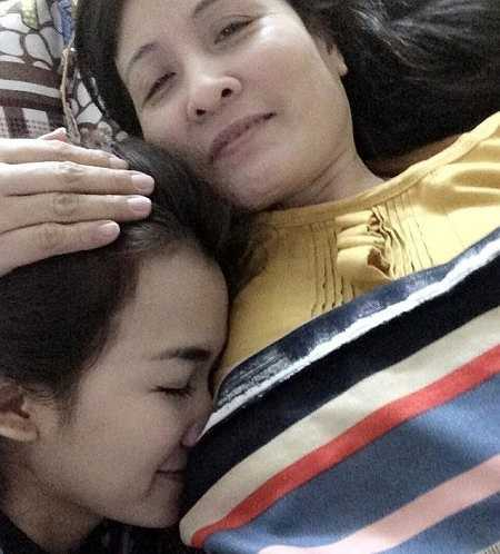 Trang Moon nhắng nhít trong vòng tay mẹ. Ngày của Mẹ năm nay, nữ DJ The Remix chơi nhạc tại Quảng Ninh, cô lên kế hoạch đưa mẹ đi biển vào cuối tháng.