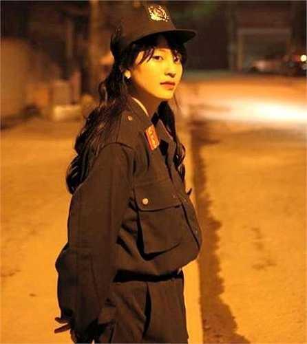 Phương Anh (1999) là em gái của trung vệ Bùi Tiến Dũng của U23 Việt Nam.