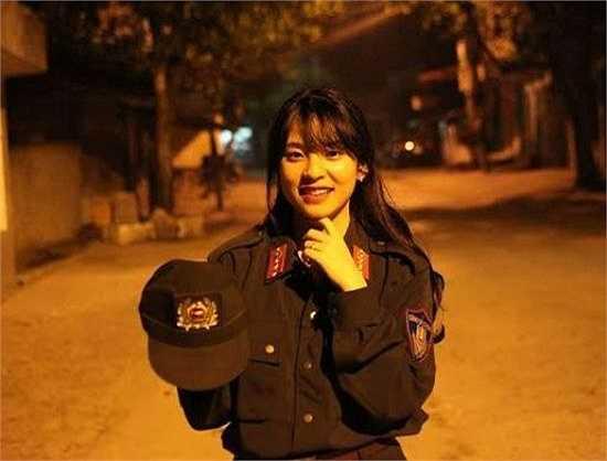 Hình ảnh Phương Anh trong trang phục cảnh sát là hình ảnh hậu trường của một buổi ghi hình mà cô bạn được mời tham gia.