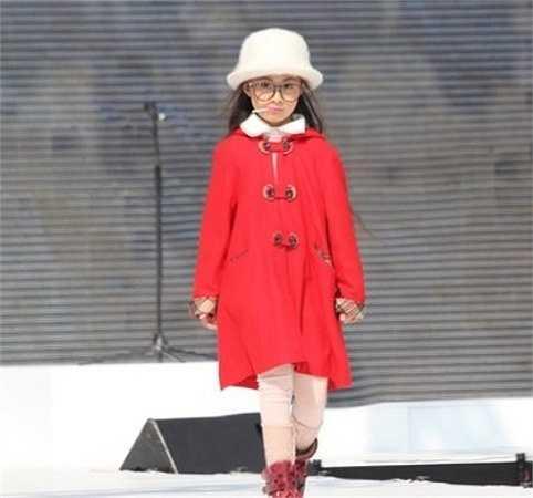 Cô bé Đào Ngọc Bảo Hân tự tin bước trên sàn catwalk