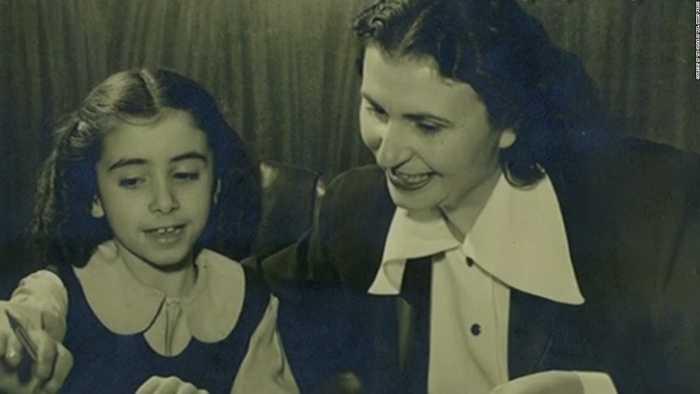 Hạ nghị sỹ Nancy Pelosi và bức ảnh chụp cùng mẹ