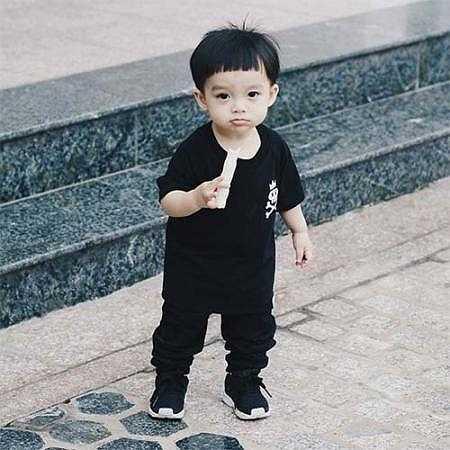 Thiệu Phong, một cậu nhóc mới 17 tháng tuổi, đang là cái tên được nhiều người quan tâm trong thời gian gần đây vì phong cách mặc cực chất của mình.