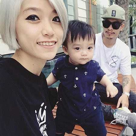 Một điều thú vị là kiểu cách ăn mặc của Thiệu Phong bị ảnh hưởng rất nhiều từ bố mẹ của cậu.