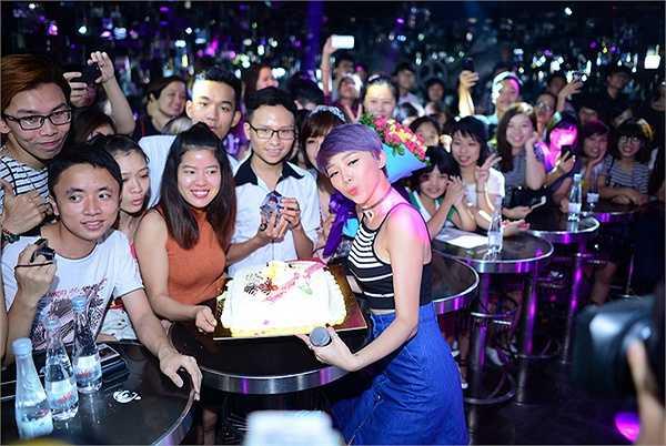 TeamV cùng mọi người đã thể hiện lại 'vũ điệu cồng chiêng' đang làm mưa làm gió trên mạng.