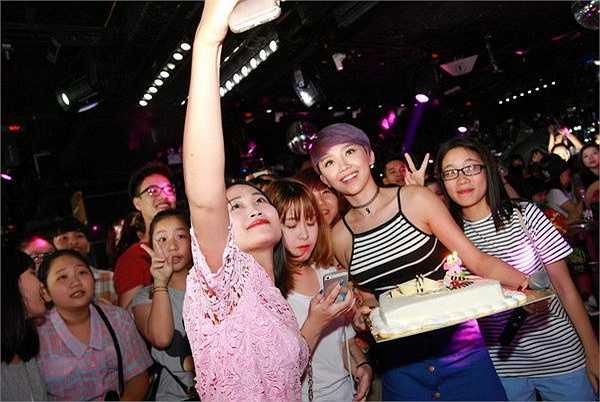 Buổi offline thu hút đông đảo fan hâm mộ không chỉ đến từ Hà Nội mà còn ở các tỉnh lân cận cũng có mặt từ rất sớm.