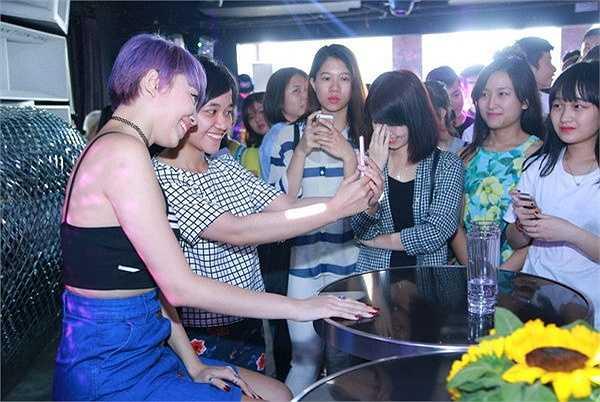 Tóc Tiên xuất hiện trong bộ trang phục trẻ trung, thời trang khiến các fan không thể rời mắt với nhan sắc quá quyến rũ và gợi cảm.