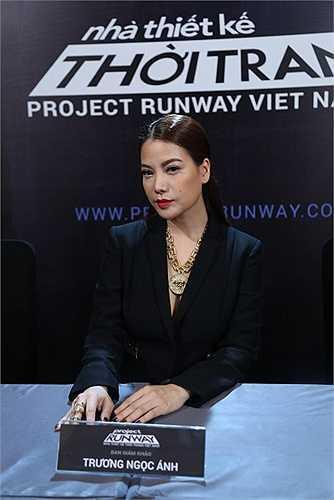Host Trương Ngọc Ánh xuất hiện với bộ suit của thương hiệu Vercase đen quyền lực và sang trọng trong buổi sơ tuyển Project Runway mùa thứ ba.