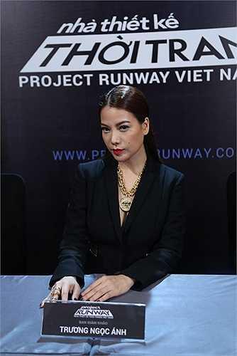 Trương Ngọc Ánh xuất hiện với phong cách unisex trong bộ veston đen được khoét cổ sâu táo bạo đầy gợi cảm và quyến rũ của thương hiệu Vercase trị giá 150 triệu đồng