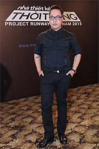 Tùng Leo vô cùng trẻ trung với áo sơ mi và quần tây tông đen đồng bộ.