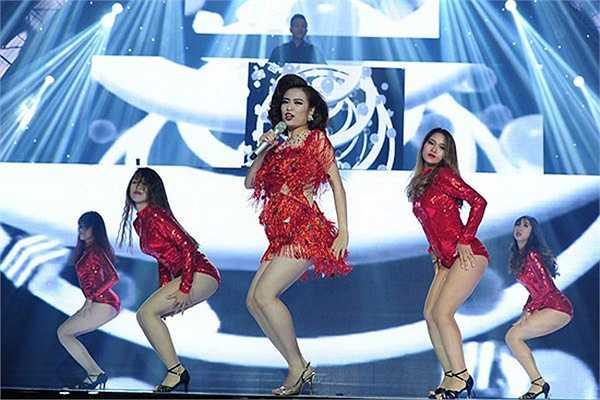Dù 'hụt vai' thí sinh song Hoàng Thùy Linh lại khiến khán giả bùng nổ với màn biểu diễn sôi động với tư cách khách mời trong đêm chung kết The Remix.