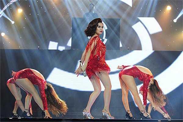 Nữ ca sĩ thể hiện ca khúc Just you của nhạc sĩ Phương Uyên.