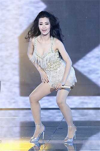 Trong tập 4, cô nàng khuấy động khán giả với hit Papi của Jennifer Lopez cùng vũ đạo gợi cảm