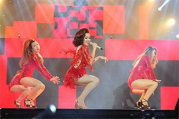 Khán giả bị lôi cuốn bởi những vũ điệu đẹp mắt và bốc lửa của Hoàng Thùy Linh.