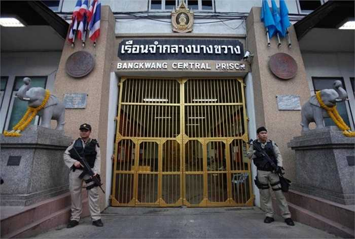 Nhà tù Bang Kwang, Thái Lan. Tù nhân phải ở trong những căn phòng rất nhỏ và tử tù thậm chí chỉ biết bản án của mình sắp được thi hành trước đó khoảng vài giờ đồng hồ. Các tù nhân phải đeo còng tay 24/24 trong vòng 3 tháng đầu tiên đến nơi này.