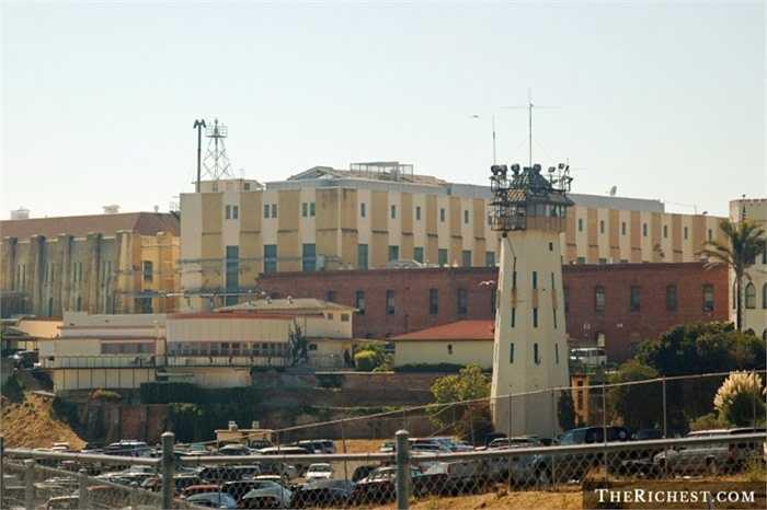 Nhà tù San Quentin. San Quentin được thành lập năm 1852 và được coi là nhà tù lâu đời nhất tại California, Mỹ. Đã có rất nhiều vụ lùm xùm vì nạn bạo hành nơi đây và đã có rất nhiều thương vong. Nổi tiếng nhất là sự cố năm 2006, một cuộc bạo loạn phân biệt chủng tộc xảy ra khiến 100 phạm nhân bị thương và 2 người chết.