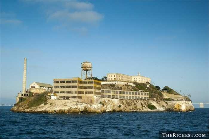 Nhà tù Đảo Alcatraz. Nằm ở vùng ngoài khơi  San Francisco, nhà tù này là một trong những địa ngục trần gian đáng sợ nhất trong lịch sử nước Mỹ.