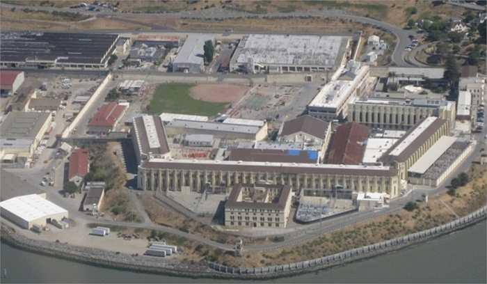 Nhà tù La Sabaneta. Nhà tù khét tiếng ở Venezuela là một trong những nhà tù khủng khiếp nhất hành tinh khi nó được thiết kế dành cho 15.000 tù nhân nhưng thực tế luôn có tới 25.000 người cải tạo tại đây. Đông đúc dẫn đến nhiều vụ bạo loạn như sự cố năm 1994 khiến 108 người chết và năm 1995 với 196 người.