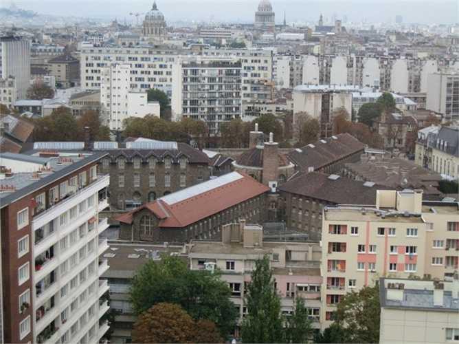 Nhà tù La Sante nằm ở Paris, Pháp và hàng năm có rất nhiều tù nhân mất mạng. Những phạm nhân lâu năm ở đây có quyền lực cao hơn và 'quản lý' những kẻ yếu thế hơn dưới trướng mình. Chính vì thế, tình trạng bất ổn đang leo thang tại đây.